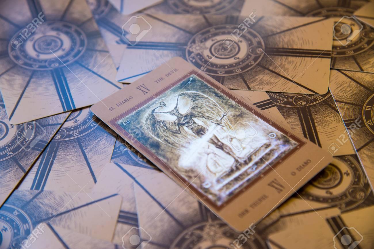 Quelle est la signification de la carte de tarot du diable en tirage de carte? post thumbnail image
